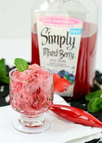 3 ingredientes Berry Mint Granita con ron: ¡un refrescante regalo de verano! ¡Obtén la receta fácil en RachelCooks.com!