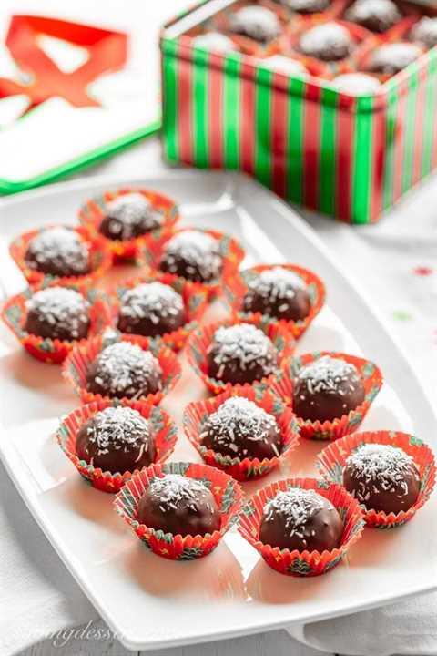 Un plato de bolas de coco cubiertas de chocolate con una guarnición de coco
