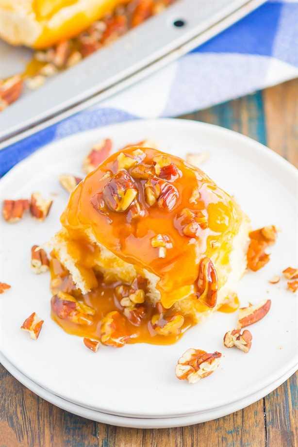 Caramel Sticky Buns son suaves, dulces y están listos en solo 30 minutos. Los panecillos dulces se cubren con una rica salsa de caramelo, nueces picadas y luego se hornean hasta que estén dorados. ¡Perfecto para el desayuno o el postre!