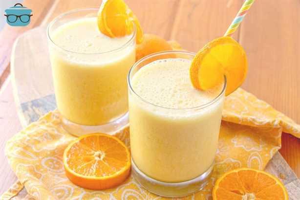 Copycat Orange Julius en vasos con naranjas en rodajas