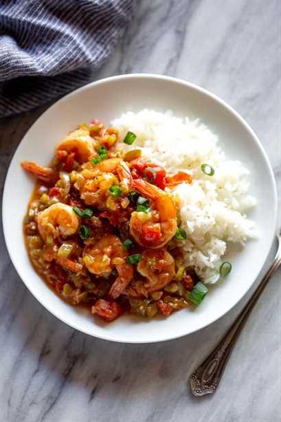 Camarones criollos en un plato con arroz blanco.