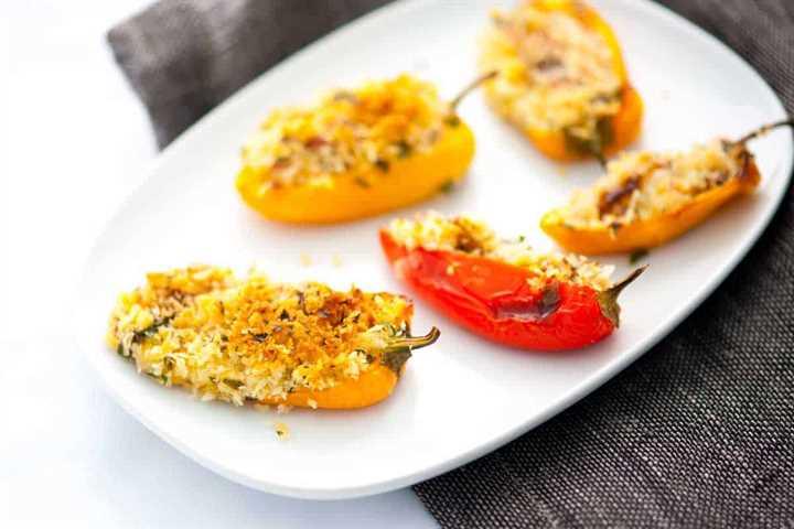 Mini pimientos rellenos de tocino con queso