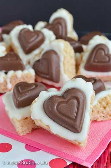 Corazones de Krispie de Reese de chocolate blanco: ¡el chocolate blanco y un corazón de taza de mantequilla de maní hacen de estos los mejores dulces de arroz de Krispie! ¡Haz esta divertida receta para las fiestas de San Valentín! #ricekrispietreats #nobake #peanutbuttercups #reathapedtreats #valentinesday #reeses