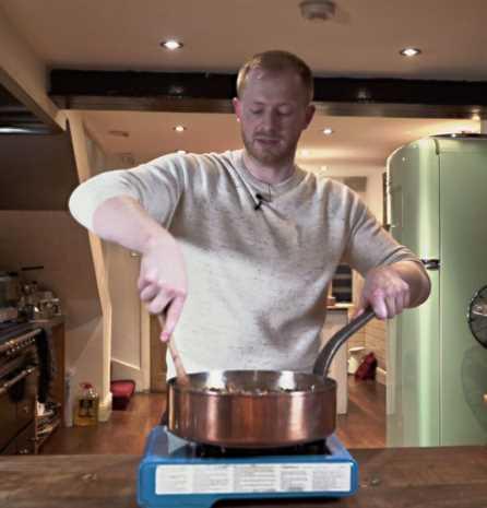 Chris Collins sirviendo pastel de cabaña cursi