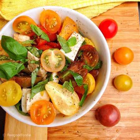 ¡Esta Ensalada Caprese de Tomate Heirloom es una receta clásica simple pero usa tomates reliquia en lugar de regular para una presentación más brillante y colorida!