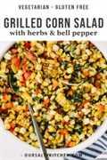 Un plato de ensalada de maíz a la parrilla con hierbas y pimientos.