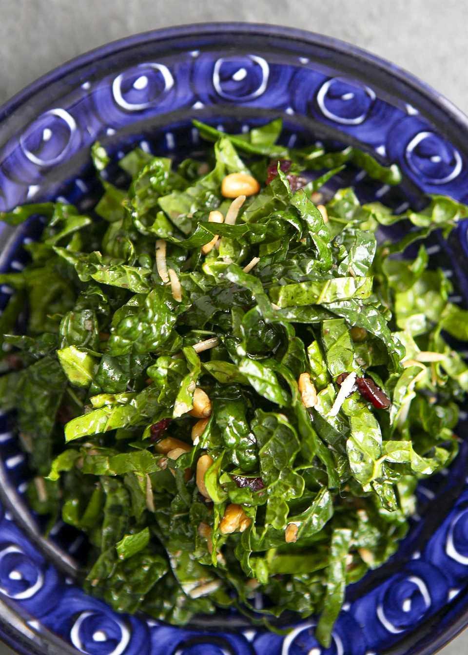 La mejor ensalada de col rizada servida en un tazón azul