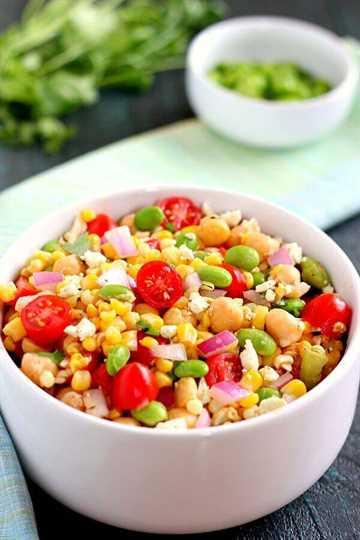 Repleta de maíz, edamame, garbanzos y tomates, esta ensalada de maíz, edamame y garbanzos está llena de sabor y es la comida o cena ligera perfecta. #salad #saladrecipe #corn #cornsalad #edamame # garbanzos #chickpeasalad #tomatoes #tomatosalad #easysalad #healthysalad #summersalad