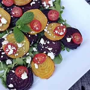 Ensalada de tomate feta y rúcula de remolacha asada: una ensalada fresca y ligera que es saludable, sabrosa y llena de color y nutrientes