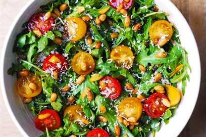 Ensalada de tomate y rúcula con piñones, parmesano y aderezo balsámico
