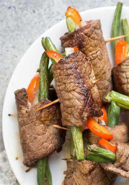 ¡Estos Easy Keto Steak Wraps son una excelente receta todo en uno! El filete de flanco se envuelve alrededor de verduras frescas y se cocina hasta que esté tierno.
