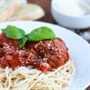 Espaguetis y albóndigas en salsa marinara con auténticos sabores italianos y una receta casera fácil que es abundante y reconfortante para toda la familia.