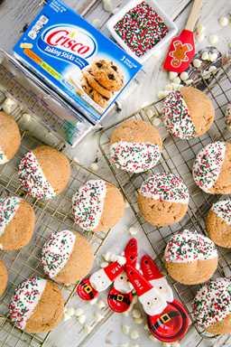 Galletas de azúcar de melaza: ¡un favorito de la familia en las vacaciones! ¡Tan fácil y tan delicioso! ¡Crujiente por fuera y tierno por dentro! Crisco®, melaza, azúcar, canela, jengibre, clavo, huevo, harina, bicarbonato de sodio. Listo en minutos. ¡Sumerge en chocolate blanco y cubre con espolvoreados navideños para una adición festiva a tu bandeja de galletas! ¡Estos van rápido, por lo que es posible que desee duplicar la receta!