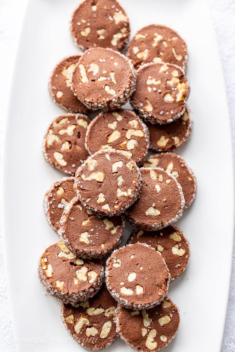 Un plato de galletas de chocolate con nueces