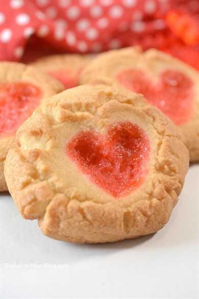 Ya sea que los estés haciendo con los kiddos o para tu amor, ¡estas galletas Gummy Bear Heart son un regalo lindo y delicioso para el Día de San Valentín!