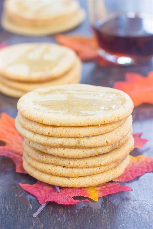 Estas suaves galletas de azúcar de arce son un delicioso regalo de otoño. Con un sabor a mantequilla y un toque de jarabe de arce puro, estas galletas suaves y masticables se convertirán rápidamente en un nuevo favorito. #cookies #sugarcookies #sugarcookierecipe #maplesugarcookies #maplerecipe #fallcookie #falldessert #dessert