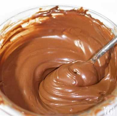 Aceite de coco saludable Glaseado de chocolate en un tazón