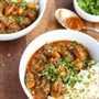 Este estofado de okra es una receta abundante al estilo libanés con sabores robustos de tomates guisados, cilantro, ajo y cebollas salteadas: ¡toda la familia lo disfrutará!