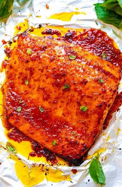 Sheet Pan Chili Dijon Salmon - ¡Una receta de salmón de 5 ingredientes que sabe 5 ESTRELLAS y está lista en 25 minutos! Cargado con capas de increíble sabor de dos tipos de salsa de chile, mostaza Dijon y miel. ¡Te ENCANTARÁ esta receta de salmón!