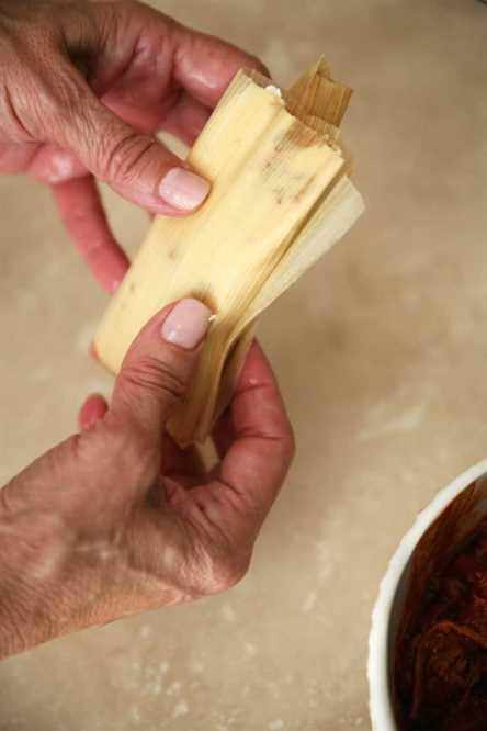 Masa de Tamal (Masa para Tamales) manos sosteniendo un tamal crudo