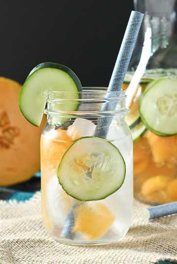 El agua de melón y pepino no solo es ridículamente refrescante en un caluroso día de verano, ¡también es hermoso de ver! ¡Obtén la receta fácil en RachelCooks.com!