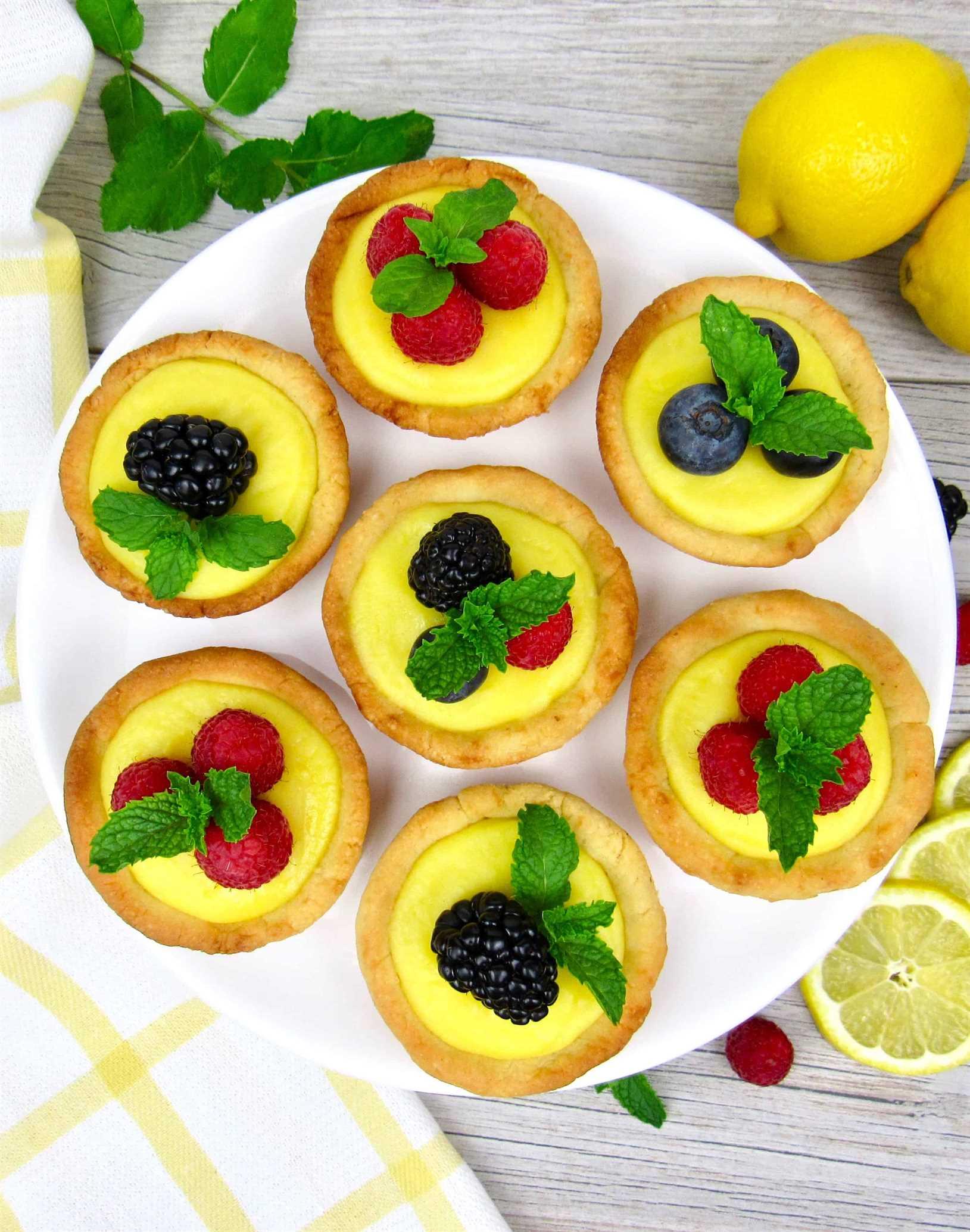Vista aérea del soporte de pastel con 7 mini tartas de cuajada de limón
