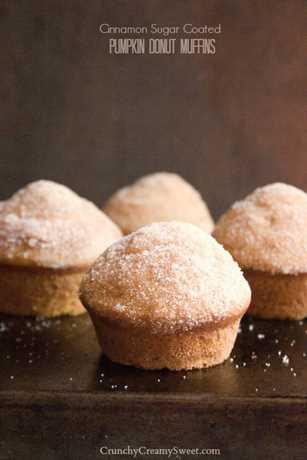 magdalenas de donut de calabaza 1 magdalenas de donut de calabaza recubiertas de azúcar con canela