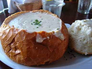 Sopa de almejas en tazón de pan