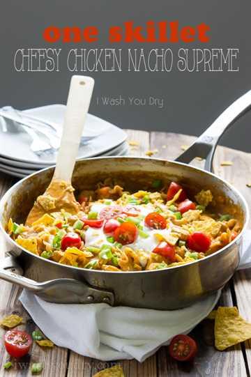 One Skillet, Cheesy Chicken Nacho Supreme. ¡Una cena fácil de 20 minutos en una sartén que encantará a toda la familia!