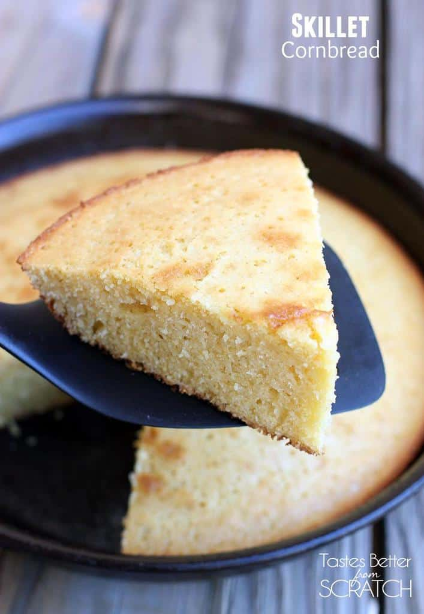 ¡La MEJOR (y más fácil) receta de sartén de pan de maíz! En TastesBetterFromScratch.com