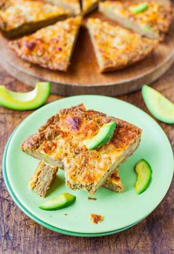 Pan de pizza de sartén de aguacate con queso de 30 minutos (trigo integral y vegano) - Receta en averiecooks.com