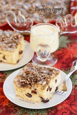 Pastel de café con ponche de huevo de arándano durante la noche: refrigere la masa durante la noche y hornee por la mañana. ¡Este pastel es MUY bueno! Ni siquiera me gusta el ponche de huevo, ¡pero ME ENCANTÓ este pastel! Mantequilla, azúcar, huevos, ponche de huevo, crema agria, vainilla, harina, extracto de naranja, arándanos secos, canela, azúcar morena y nueces. ¡Esto es increíble! Nos gusta que salga del horno.