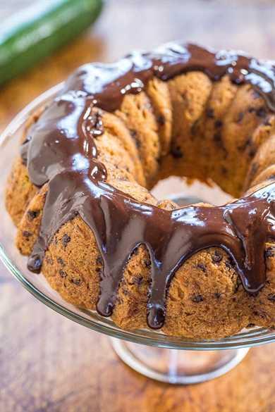 Pastel de calabacín con trocitos de chocolate y chocolate Ganache: ¡el mejor pastel de calabacín! ¡Suave, húmedo y ni siquiera puedes probar el calabacín! ¡Sabe a un pastel de panadería amarillo bañado en chocolate!