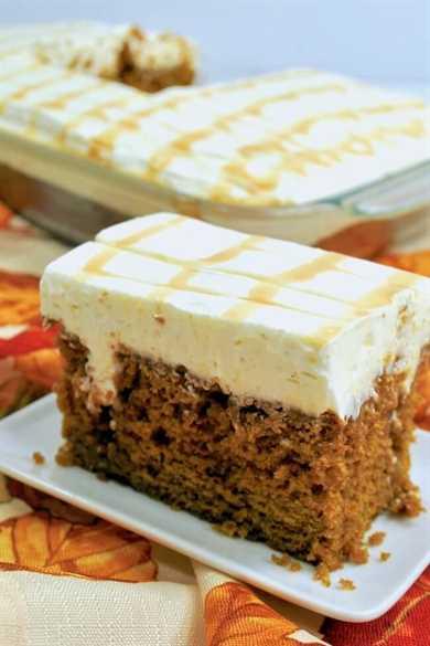 ¡El pastel perfecto! Este soñador pastel de calabaza está empapado con un rico caramelo y cubierto con un glaseado de queso crema suave y esponjoso.