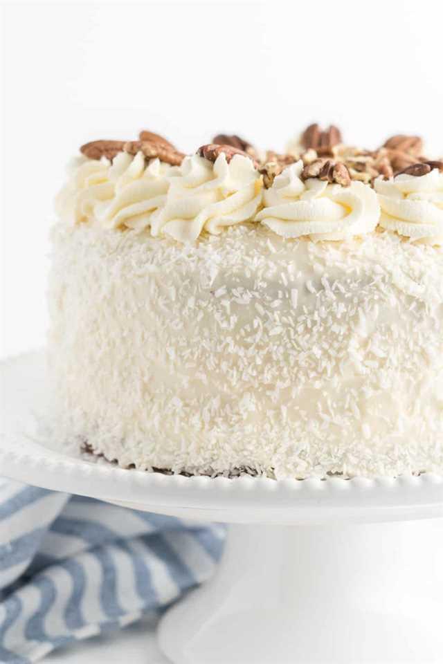 Pastel decorado en soporte de pastel blanco