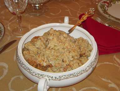 Aderezo Southern Cornbread - ¡La receta de mi mamá para el MEJOR aderezo! Tan fácil. Pan de maíz casero, pan blanco, apio, cebolla, crema de pollo, crema de champiñones, caldo de pollo, sal, pimienta y salvia. Hornee junto con pavo deshuesado. ¡Podría comer esto para el Día de Acción de Gracias y ser feliz!
