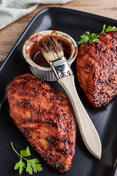 Estas pechugas de pollo a la parrilla asadas a la perfección están untadas hacia el final con una salsa básica de barbacoa que crea una capa caramelizada, dulce y sabrosa.