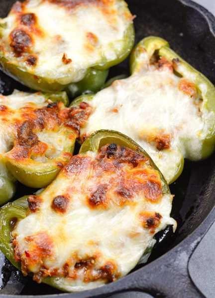 ¡Estos pimientos rellenos de pizza Keto fáciles tienen menos de 5 carbohidratos netos por porción y están llenos de sabor a pizza!