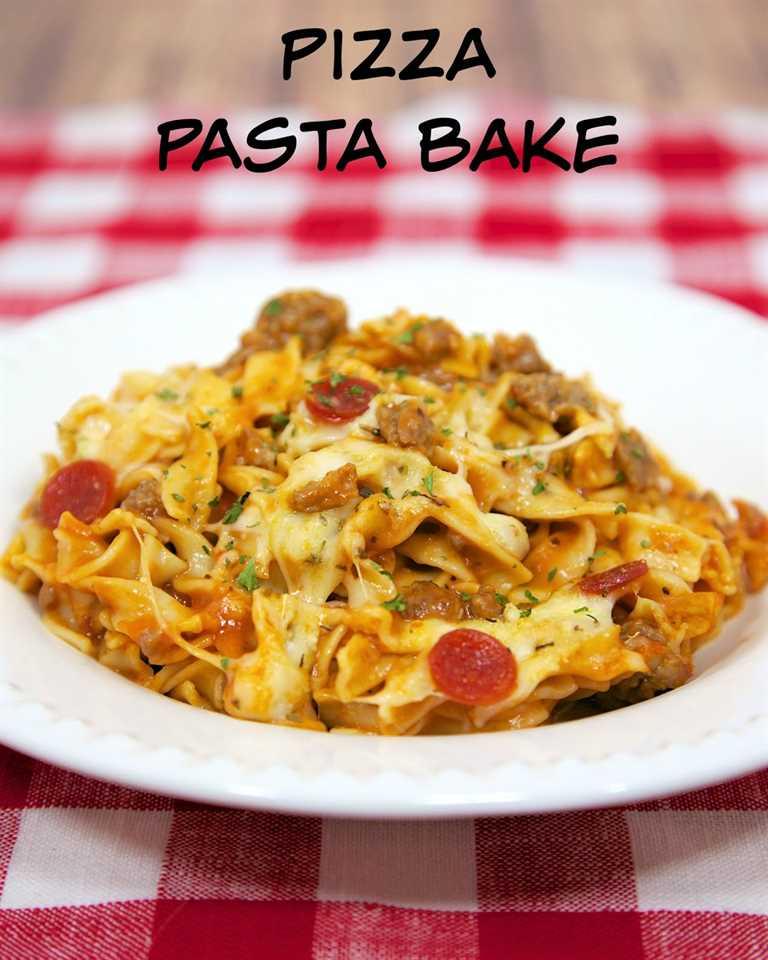 Pizza Pasta Bake - hornee pasta cursi con salsa de pizza y sus ingredientes favoritos para pizza. Hamburguesa o salchicha, fideos de huevo, sopa de queso, queso mozzarella, queso parmesano y pepperoni. Gran comida de la noche! ¡Ideal para niños y una buena comida en el congelador! ¡Nos encanta esta receta fácil de cazuela de pasta!