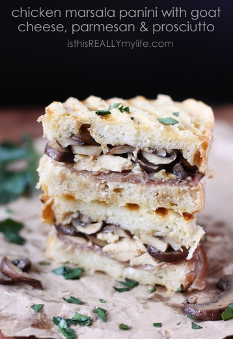 Panini de pollo Marsala con queso de cabra, jamón serrano y parmesano