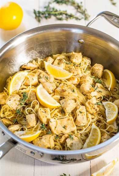 Pasta de pollo con miel y limón en una sartén con hierbas frescas