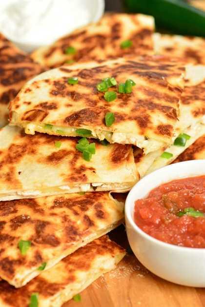 Las quesadillas de pollo se hacen fácilmente con solo 4 ingredientes y en 30 minutos. Esta receta de Quesadilla está llena de queso derretido, pollo asado tierno y jalapeños picantes, todos rellenos en una tortilla de harina crujiente. # pollo # aperitivo # merienda #quesadillas