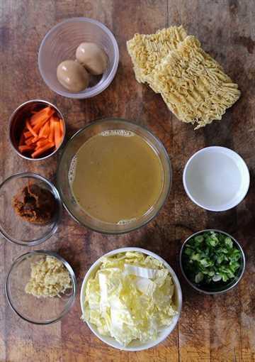 Ingredientes caseros de miso ramen: ¡aprenda a hacer miso ramen viendo nuestro video rápido! ¡El tazón de ramen casero nunca ha probado tan bien! #ramenrecipe #homemaderamen #misoramen #japanesefood | pickledplum.com