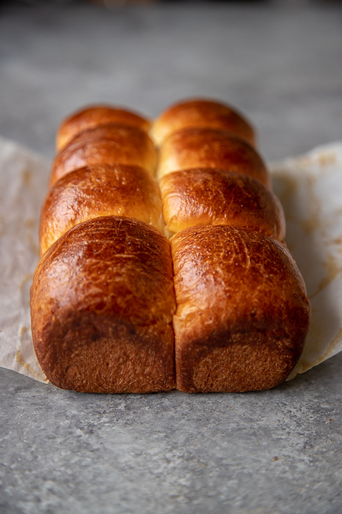 La masa de brioche tiene mucha mantequilla y huevos, lo que la hace rica y deliciosa. Esta masa de levadura es perfecta para sándwiches, tostadas y panecillos.