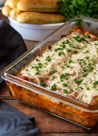 Esta receta clásica de lasaña está llena de salchichas italianas, espinacas y un relleno cremoso de queso ricotta. ¡Es un plato clásico italiano perfecto para la cena del domingo e incluso excelente para congelar!