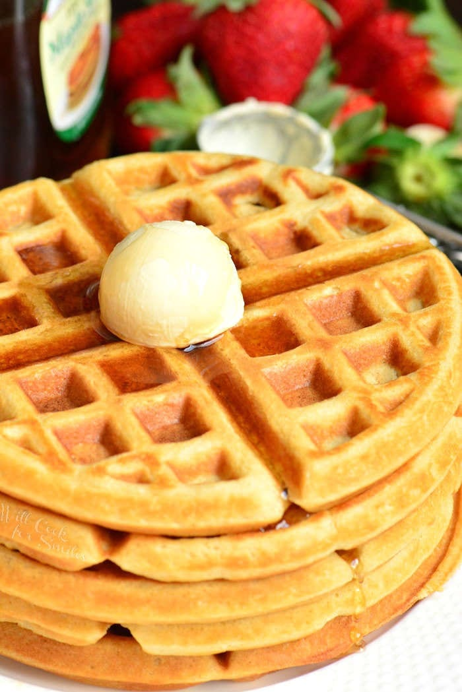 Receta de waffles de suero de leche. Estos gofres son suaves y esponjosos por dentro y crujientes por fuera. Una forma perfecta de comenzar el día. #gofles # desayuno