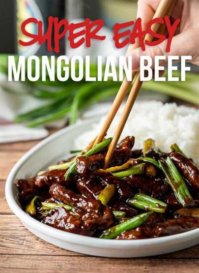Esta receta de carne mongol súper fácil está llena de tiernas tiras de carne en una salsa dulce y salada, ¡lista en 30 minutos o menos!