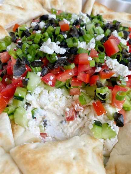 Receta de salsa griega | Receta de salsa | Party Dips | Receta de aperitivo | ¡Esta salsa de fiesta de inspiración griega es la mejor receta de salsa que harás! Capas de queso crema, yogurt, especias, tomates, pepinos, aceitunas y queso feta. Sirva con galletas saladas y pan de pita para un aperitivo increíble. #diprecipes #appetizers #superbowlrecipes #greekdip #recipeoftheday