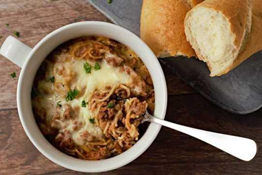 cazuelas de espagueti individuales y pan crujiente