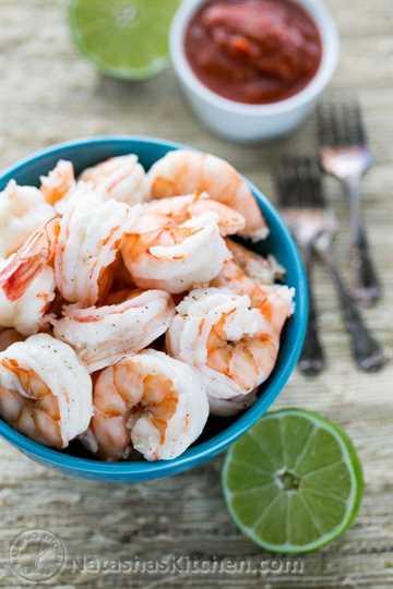 ¡Aprende a hacer tus propios camarones hervidos en casa! Toma solo unos minutos hacerlos y los camarones hervidos se pueden usar para cualquier receta que requiera camarones cocidos.